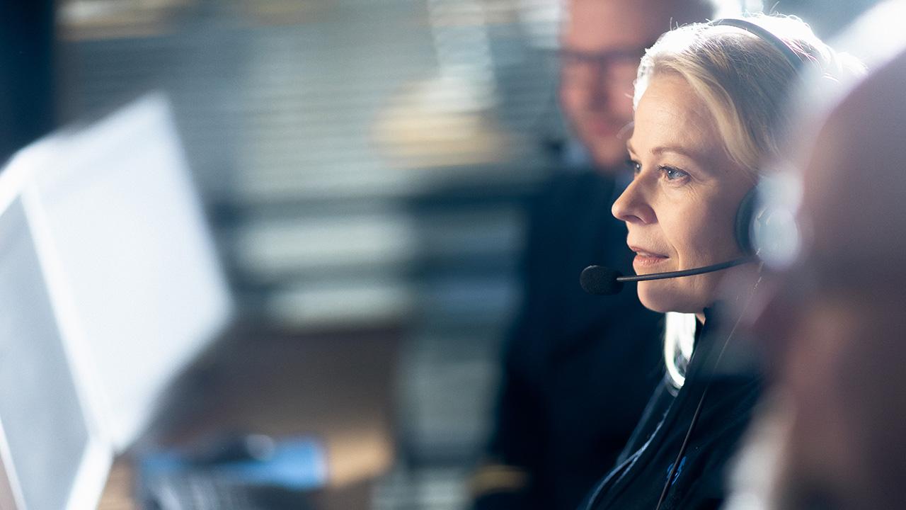 Hätäkeskuspäivystäjä työssään
