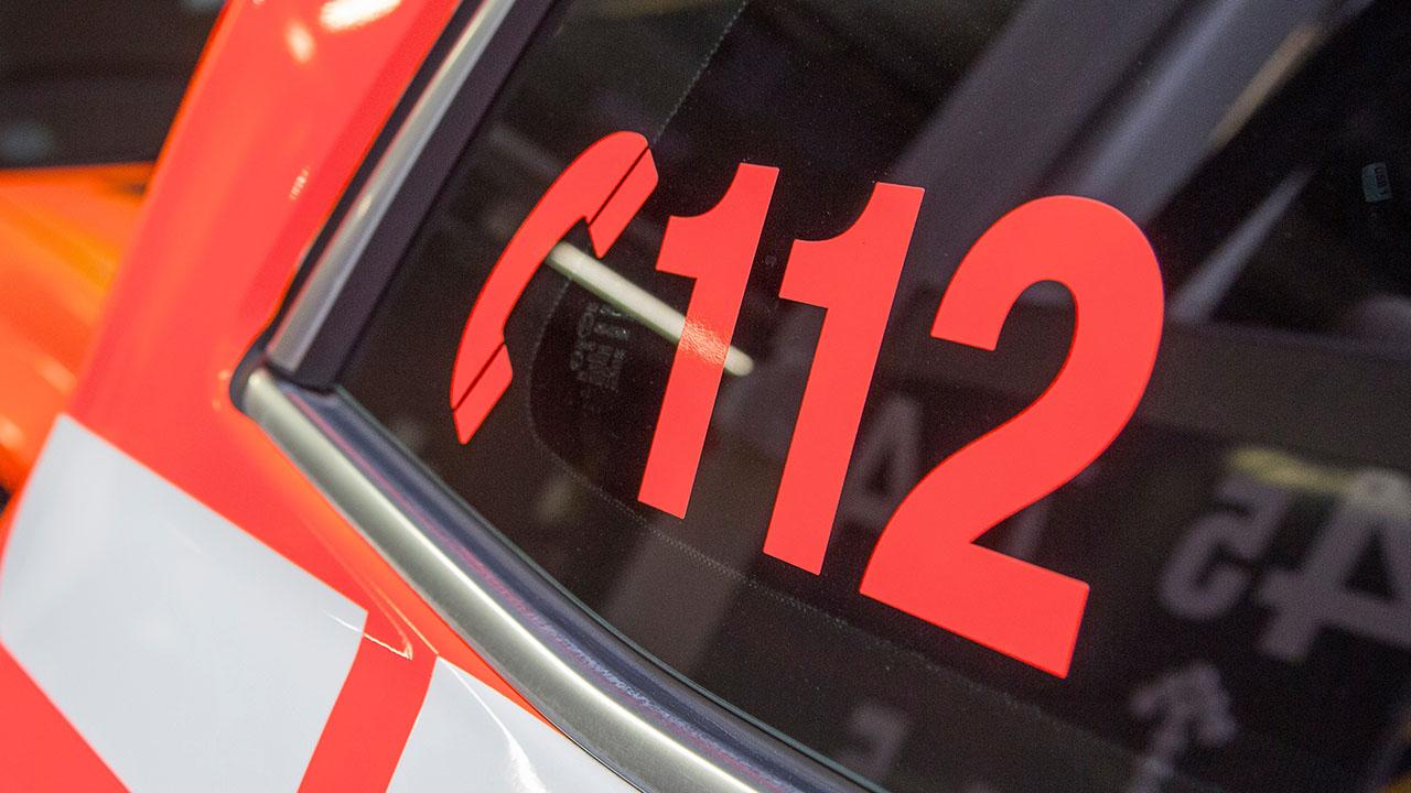 112-logo paloauton kyljessä.