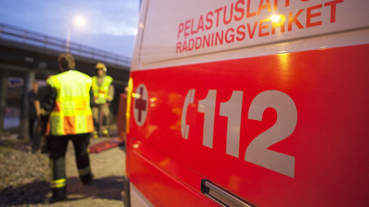 Pelastushenkilöstöä ja ambulanssi.