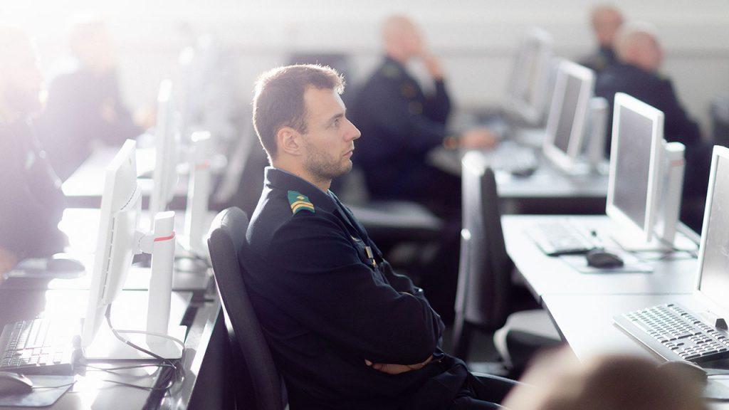 Pelastusalan opiskelija kuuntelee opetusta tietokoneen äärellä.