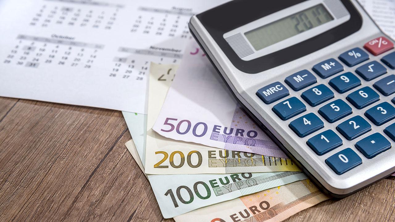 Euron seteleitä ja taskulaskin pöydällä.