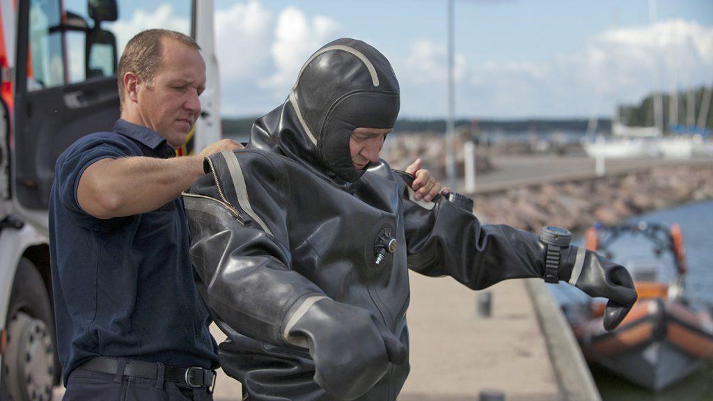 Palomiehet pukemassa päälle sukellusvarusteita.